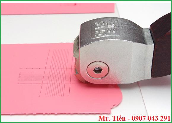 Dùng dao cắt 2 đường thẳng vuông góc để kiểm tra độ bám dính của màng sơn khô